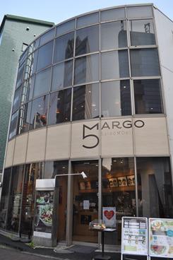 3階建てのビルを使って出店。1階が販売カウンターと厨房、2階が客席、3階が事務所となっている