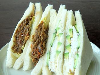 アボカドやカニカマを使った、カリフォルニアロールのサンドイッチ版「カリフォルニア」(右、3ドル80セント=約433円)と「きんぴらごぼうサラダ」。肉を一切使用していない商品が多いため、ベジタリアンやヘルシー志向の人々にも人気が高い