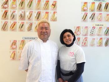 共同オーナーの松村美奈子氏(右)と小笠原実(まこと)氏。「自分たちがおいしいと思うものしか置かない」が、2人のポリシー。それぞれのサンドイッチの具材がわかるように、壁に全商品の写真を価格や商品名とともに貼っている