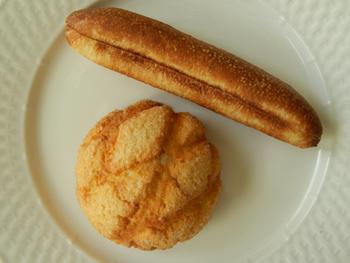 「メロンパン」(下)と牛乳を練りこんだ「ミルクスティック」(2ドル=約228円)。日本人にとってはおなじみのパンだが、砂糖などをたっぷりまぶしたドーナツが人気のアメリカでは、ほのかな甘さを感じるこれらのパンは新鮮そのもの