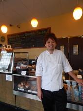 シェフの荻巣孝信氏。日本で13年間、パン店に勤めた後に渡米し、同店で働き始めて3年目。大切にしているのは、「また食べたい」と思われる味だという