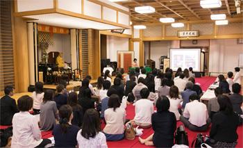 会場は清水寺・大講堂円通殿。約90人が集まり、緋毛氈(ひもうせん)の上に座って講演を聞いた