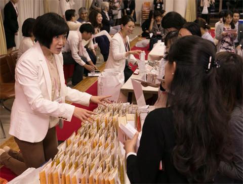 会場内には、2社がブースを出展して手土産用の商品をアピール。会員は商品やパンフレットを手に取り、熱心に質問していた