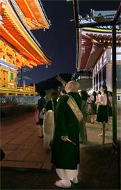セミナー後、参加者は森氏の案内で境内を拝観。ライトアップされた堂塔などに見入っていた