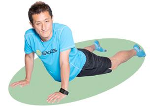 上体を軽くひねり、腹斜筋を意識しながら30秒キープ。左右で行いましょう。