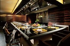 席はカウンターとテーブル合わせて全16席。黒を基調にした、高級感のある店内