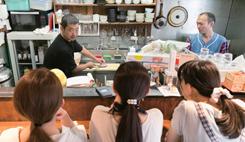 はじめに、カウンター越しにイサキのさばきを実演する渡邊氏。きれいにさばくための包丁の入れ方などをていねいに説明
