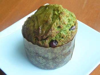 「抹茶小豆マフィン」。濃厚な抹茶と小豆の甘納豆が絶妙に調和している。人気が高く、早々に売り切れてしまうことも