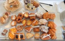 """商品のバリエーションも多彩で、「小豆クロワッサン」や「抹茶クッキー」など""""日本""""を感じさせる食材を使ったパンやお菓子を販売する店も増えている"""