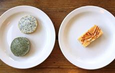 左の皿は、ごまクッキー(上)と抹茶クッキー(下)。右の皿は、バター香る濃厚なケーキ生地でこしあんをサンドしたあずきミニバー。豆を甘く煮て菓子などに使うのは、かつて欧米では一般的ではなかったが、今や小豆を使ったスイーツや菓子も抹茶と並んで人気となっている