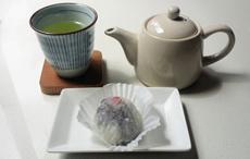 「いちご大福」のお供として、緑茶を提供。温かいお茶は和菓子に合うと好評。緑茶のほか、ほうじ茶、玄米茶、紅茶をそろえる