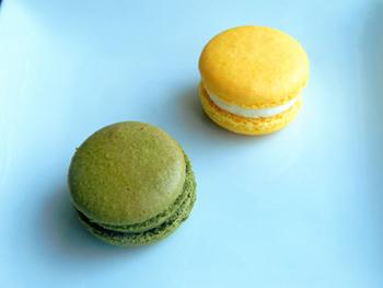 人気のスイーツ「柚子マカロン」(右)と「抹茶マカロン」(左)。マカロンは、「ラズベリー」「チョコレート」「アールグレー」など全部で10種類ある