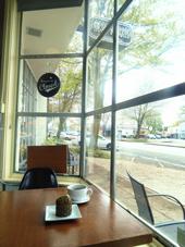 「スタッフもお客さんも居心地のいい店」が、共同オーナー・峰松氏のポリシー。大きな窓から光が差し込む心地よい空間に惹かれ、毎日のように通う人も多い