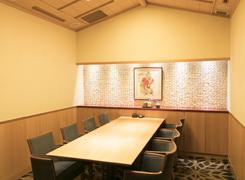 顔合わせに最適なVIP個室。シンプルな空間に、祝意を表す白鹿の絵画を飾る
