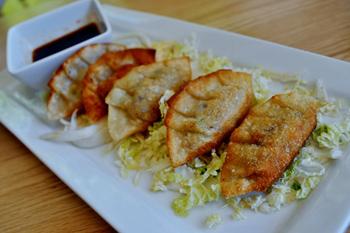 豆腐とシイタケ、ワケギなどを具にした餃子「豆腐とマッシュルームのダンプリング」。豚のひき肉で作った餃子よりもふわっと軽い舌触りで、いくらでも食べられそう。前菜やおつまみに人気の一品