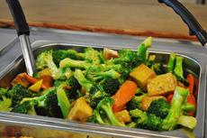 厚揚げ豆腐とブロッコリーの炒め物。ひと口サイズに切った厚揚げと野菜を組み合わせた炒め物は、カナダでも定番の料理
