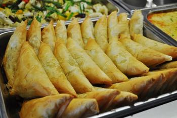 「ほうれん草と豆腐のスパナコピタ」。豆腐をハーブなどと合わせて小麦粉で作った生地で包み、オーブンでサクッとした食感に焼き上げる