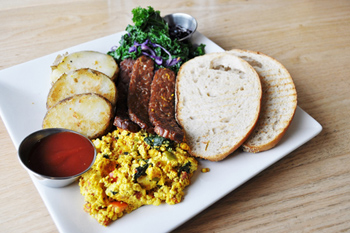 朝食メニューの「スタンダード」。卵の代わりに豆腐を使用しスクランブルに。テンペのベーコンやポテトと合わせたボリューム満点の朝食プレート