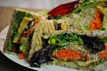 人気メニューの「ローストタイ豆腐サンドイッチ」。野菜や豆腐そのものは淡白な素材なので、しっかりと下味をつけることがポイントだ