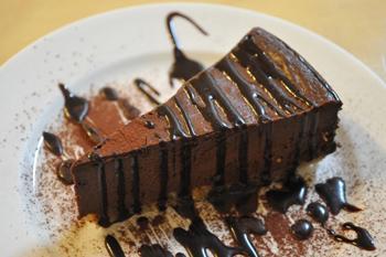 ナッツとココナッツを練り込んだクッキー生地に絹ごし豆腐をピューレ状にして加えた「チョコレートチーズケーキ」。見た目とは異なるあっさり感が人気