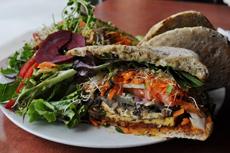 豆腐バーガーは、カナダで人気メニューとして定着。豆腐とマッシュルームで作った味わい深いパテを、たくさんの新鮮野菜と、穀物たっぷりのパンで挟んだ