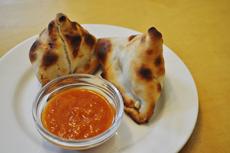 インド料理のサモサにも豆腐を使用。写真は、「豆腐とほうれん草のサモサ」。ほうれん草や豆腐などを、小麦粉と水を混ぜた生地で包みオーブンで焼いたものを、トマトと玉ねぎから作った調味料・チャツネとともにいただく