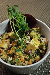 豆腐とキヌアを使った日替わりサラダ。ミックスグリーン、キヌア、トマト、クランベリーを豆腐と混ぜ、自家製トマトドレッシングでさっぱりと仕上げた