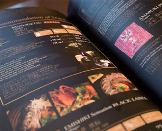 店の味に合うように水や米選びから手がけたオリジナル日本酒「燦水月」。お勧めを聞かれた場合はこれを提案する