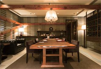個室利用客の単価は1,000元(1万6,600円)。和食店ながらカジュアルモダンな内装で、テーブルも広く、ゆったりとした空間