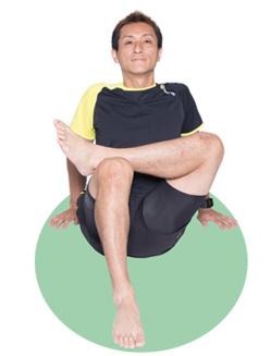 上体が後ろに倒れすぎないよう、なるべく立ち膝に近づけます。背筋も伸ばして。