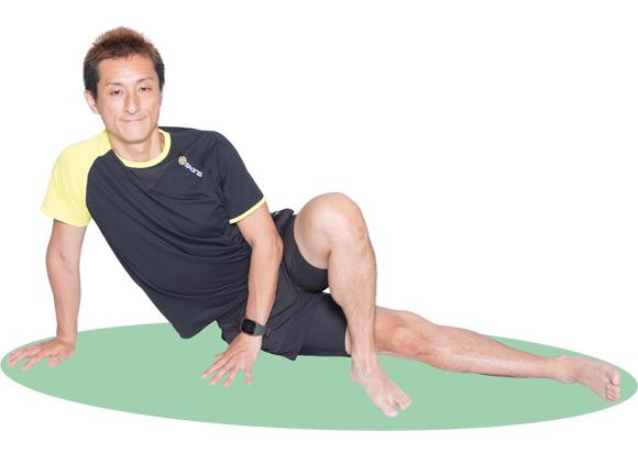 なるべく上体を立てて、お尻の筋肉が伸びているのを感じながら行いましょう。