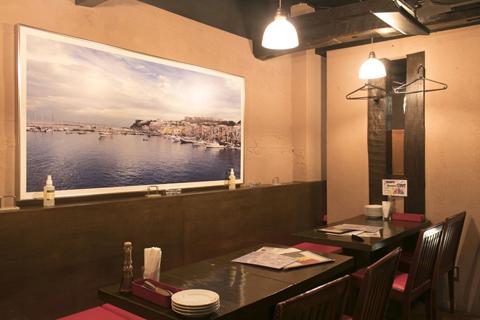 テーブル席には、髙橋氏がイタリア旅行で撮影した写真が飾られている