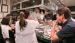 オープンキッチンのカウンター席では、スタッフとの会話を楽しみつつ、料理とワインに舌鼓を打った
