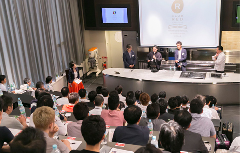 満席の講義室でスタートしたトークセッション。小山氏、脇屋氏に加え、RED Uー35歴代グランプリの杉本氏と吉武氏も登壇