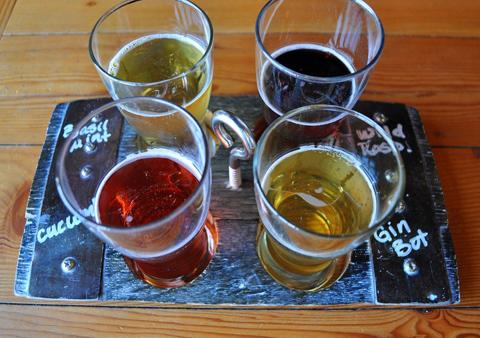 12種類から4種類を選んで少量ずつ試飲できる「飲み比べセット」。右下の「ジン・ボタニカル」は、ジンに使う植物などを加えたことで、ほかにはない味わいを生み出した