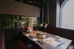 すすきのの夜景が眺められる完全個室。飾られた竹が高級感を演出する