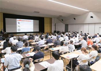 松山市内から参集した飲食店関係者が、講演や「ぐるなび外国語版」の外国語メニュー作成方法に聞き入った