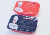 メイン料理のパッケージには、それぞれの料理を監修したシェフの名前と顔写真がプリントされる