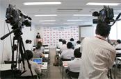 会場には、テレビ局や新聞社など、報道関係者が集まり、注目度の高さをうかがわせた