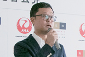 JAL開発部 客室サービスグループマネジャー・綱島寛哲氏が、機内食開発の経緯と内容を紹介
