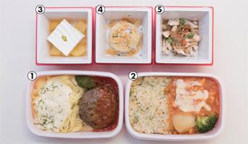 RED Uー35の料理人が監修した、9月から国際線で提供される機内食。1.ハンバーグ パプリカのケチャップ風ソース フェットチーネ クリームソース(桂シェフ)、2.マイルドエビチリ 翡翠ライス添え(井上シェフ)、3.ココナッツのブラマンジェと南国風リンゴのコンポート(桂シェフ)、4.タコポテトサラダ バーニャカウダーソース(桂シェフ)、5.よだれ鶏(井上シェフ)。メインは1と2から選ぶことができ、サイドメニュー3種(3~5)のほかに、パン(メインが1のとき)、ドリンク、サラダが付く