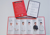機内食のトレイに添えられるメニュー表。中面では、1年にわたり監修を務めるRED U-35の料理人6名を紹介