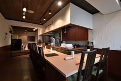 オープンキッチンのカウンター席。食事のスピードに合わせて、1串ずつ提供する
