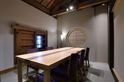 接待や家族行事に人気の個室。蔵を活かした趣ある空間
