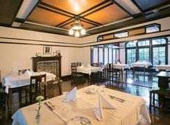 38名を収容できるレストランスペースを披露宴でも活用。窓の手前に新郎新婦の席を用意する