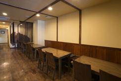 落ち着いた色調で統一した店内はテーブル席が中心。最大40名の宴会にも対応している