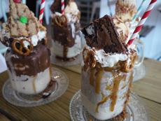 アイスクリームやビスケット、さらにはケーキなど、トッピングという概念を超えたものをのせているミルクシェイクは、特に「フリークシェイク」と呼ばれる。まさに、フリーク(奇抜)な組み合わせとビジュアルで人気を呼んでいる