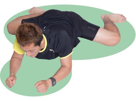 お尻を落として腿の内側をしっかり伸ばします。背筋は真っ直ぐに。