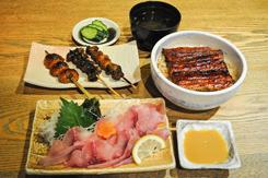 うなぎを主力に、川魚を使った創作料理を提供。約90gの蒲焼きをのせた「うな丼」(昼1,350円、夜1,680円)は、吸い物、お新香つき。独特の歯ごたえがある「鯉の洗い」(小650円)には、酢みそを添える。「串焼き三種盛合せ(」750円)は、左から、「つくね」(三種盛りのみで提供)、頭の部分の「鰻のかぶと焼き」(単品260円)、うなぎの腹からしっぽにかけての肉をねじりながら巻いた「くりから」(単品260円)