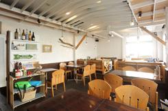 外光が入る明るい店内。海辺に佇むレストランをイメージ